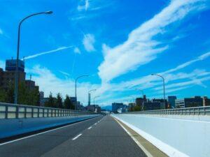青い空と道路、街灯